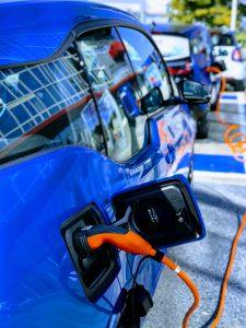 Elektrische auto die oplaadt