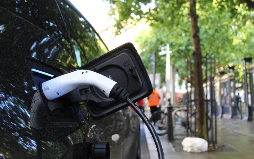 Een elektrische auto die oplaadt