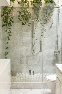 Een prachtige badkamer met douche